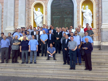 Mons Romeo insieme ai sacerdoti che erano con lui.