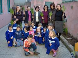 I bambini e gli insengnati delle Elementari di Scala