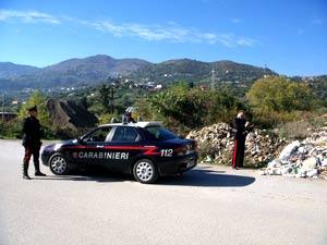 I Carabinieri di Patti mostrano dei rifiuti lungo il torrente Timeto.